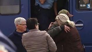 Des proches de victimes de l'autocar accidenté à Puisseguin (Gironde), le 23 octobre 2015. (FRANCE 3)