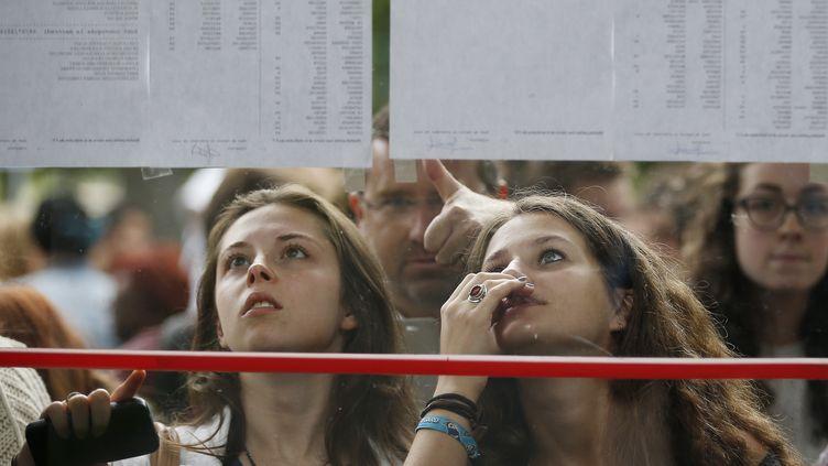 Des lycéennes consultent les résultats du baccalauréat à Caen (Calvados), le 5 juillet 2016. (CHARLY TRIBALLEAU / AFP)