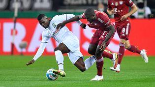 Dayot Upamecano (Bayern) a été en grande difficulté face à Breel Embolo et aux attaquants du Borussia Mönchengladbach. (MARIUS BECKER / DPA)