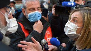 Agnès Pannier-Runacher le 19 mars 2021 à Rodez, face aux salariés de l'usine Bosch. (C?DRIC MERAVILLES                                               / MAXPPP)