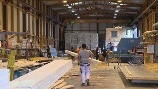 La crise sanitaire a désorganisé les approvisionnements des matériaux de construction comme le bois, l'acier, le sable ou la pierre. Les factures des artisans sont en augmentation. (CAPTURE ECRAN FRANCE 3)