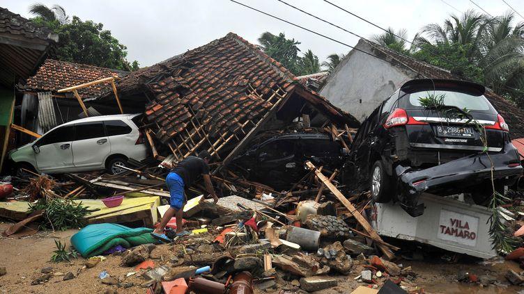 Un habitant de Carita (Indonésie) fouille les décombres, dimanche 23 décembre, après le tsunami. (ANTARA FOTO AGENCY / REUTERS)