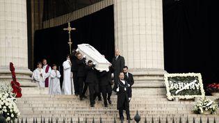 Le cercueil de Johnny Hallyday quitte l'église de la Madeleine à Paris, le 9 décembre 2017. (YOAN VALAT / AFP)