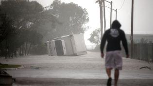 Un camion s'est renversé après le passage de l'ouragan Irma à Miami, en Floride (Etats-Unis), dimanche 10 septembre 2017. (CARLOS BARRIA / REUTERS)