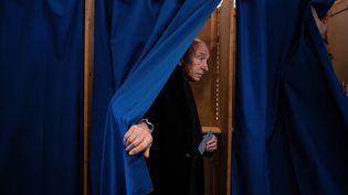 Gérard Collomb sort de l'isoloir lors du premier tour des élections municipales, le 15 mars 2020 à Lyon. (JEFF PACHOUD / AFP)