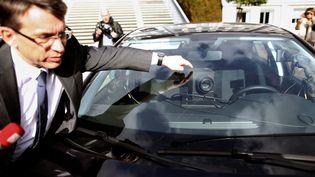 Le délégué interministériel à la Sécurité routière, Emmanuel Barbe, présente le sytème de radar embarqué à Évreux(Eure), le 24 février 2017. (CHARLY TRIBALLEAU / AFP)
