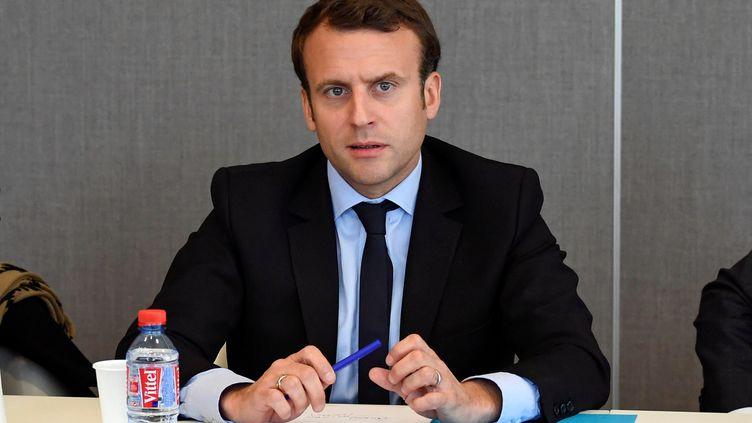 Emmanuel Macron lors de sa rencontre avec l'intersyndicale de l'usine Whirlpool d'Amiens, le 26 avril 2017 à Amiens (Somme). (REUTERS)