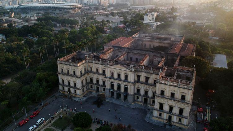 Le Musée national de Rio de Janeiro, le 3 septembre 2018, un jour après l'incendie qui a détruit le bâtiment. (MAURO PIMENTEL / AFP)
