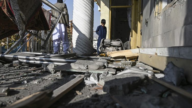 Des habitants constatent les dégâts causés par une série d'explosions, le 21 novembre 2020 à Kaboul (Afghanistan). (WAKIL KOHSAR / AFP)