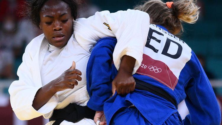 Clarisse Agbegnenou pendant son quart de finale face à la Néerlandaise Juul Franssen, le mardi 27 juillet. (FRANCK FIFE / AFP)