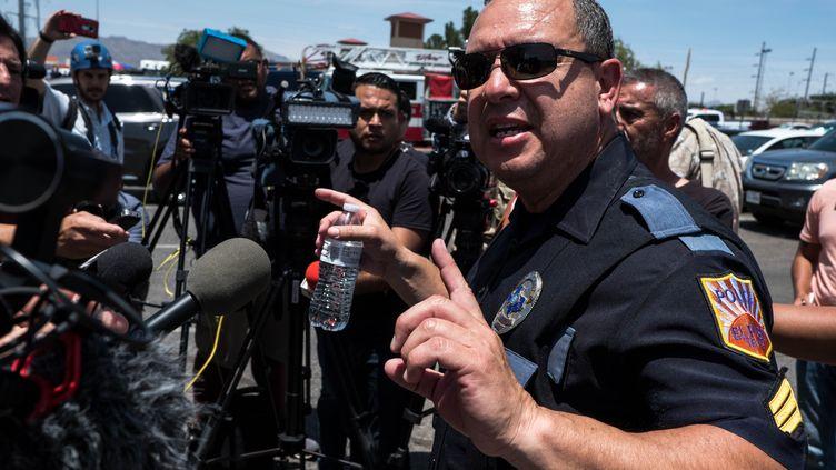 Le sergentEnrique Carillo lors d'une conférence de presse après la tuerie d'El Paso (Texas) qui a fait 20 morts dans un hypermarché Walmart samedi 3 août 2019. (JOEL ANGEL JUAREZ / AFP)