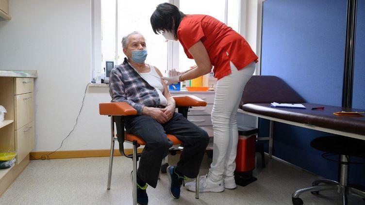 Un Allemand se fait vacciner avec AstraZeneca, le 15 mars 2021 à Dippoldiswalde (Saxe, Allemagne). (SEBASTIAN KAHNERT / DPA-ZENTRALBILD / AFP)