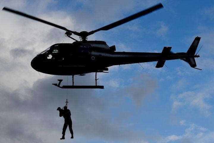 Les gendarmes doivent régulièrement travailler leurs compétences en escalade.  (DAMIEN MEYER / AFP)