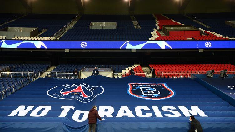 """La banderole """"No to racism"""" au parc des Princes à Paris, le 9 décembre 2020, avant la reprise du match opposant le PSG et Basaksehir. (FRANCK FIFE / AFP)"""