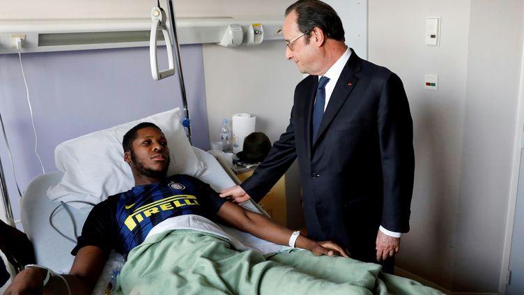 François Hollande rend visite à Théo, victime d'une violente arrestation à Aulnay-sous-Bois (Seine-Saint-Denis), le 7 février 2017. (ARNAUD JOURNOIS / LE PARISIEN / AFP)