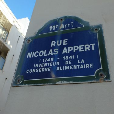 Le panneau de la rue Nicolas-Appert, dans le 11e arrondissement de Paris, mardi 27 décembre 2016. (RAPHAEL GODET / FRANCE TELEVISIONS)