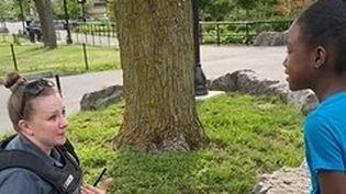 Rencontre entre Janine Kloetzer, policière et Nevaea Brown, 10 ans, dans le parc de Niagara Falls. (CAPTURE D'ECRAN FACEBOOK)
