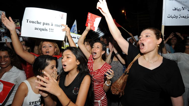 Des femmes dans les rues de la capitale tunisienne, le 13 août 2012. (FETHI BELAID / AFP)