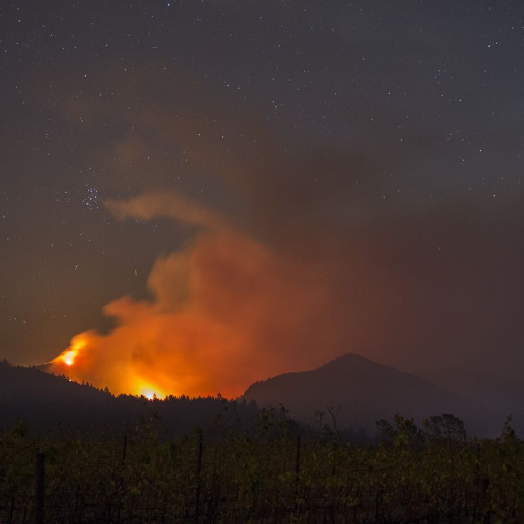 Photo prise de nuit des incendies près de Santa Rosa en Californie (Etats-Unis), samedi 14 octobre. (DAVID MCNEW / GETTY IMAGES NORTH AMERICA / AFP)