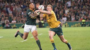 Courntnall Skosal et Michael Hooper à la lutte pour le ballon lors du match Afrique du Sud-Australie (MARCO LONGARI / AFP)