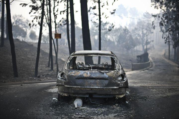 Dix-huitpersonnes ont péri dans leurs voitures, piégées par les flammes alors qu'elles circulaient sur la route reliant Figueiro dos Vinhos à Castanheira de Pera. (PATRICIA DE MELO MOREIRA / AFP)