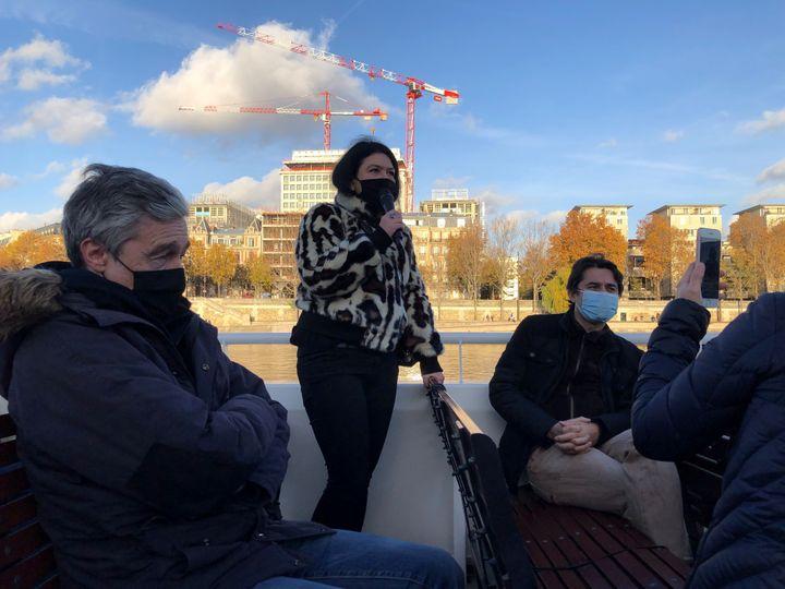 Chloé Delaume sur un bateau sur la Seine le 12 novembre 2020 pour défendre la librairie. (RAFAEL ASENCIO/FRANCEINFO CULTURE)