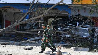 Des soldats indonésiens marchent dans le centre de Palu, le 3 octobre 2018, zone ravagée par le séisme et le tsunami, sur l'île des Célèbes en Indonésie. (ADEK BERRY / AFP)