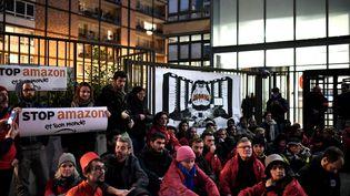 Plusieurs dizaines de personnes manifestent devant le siège d'Amazon France à Clichy, le 29 novembre 2019. (STEPHANE DE SAKUTIN / AFP)