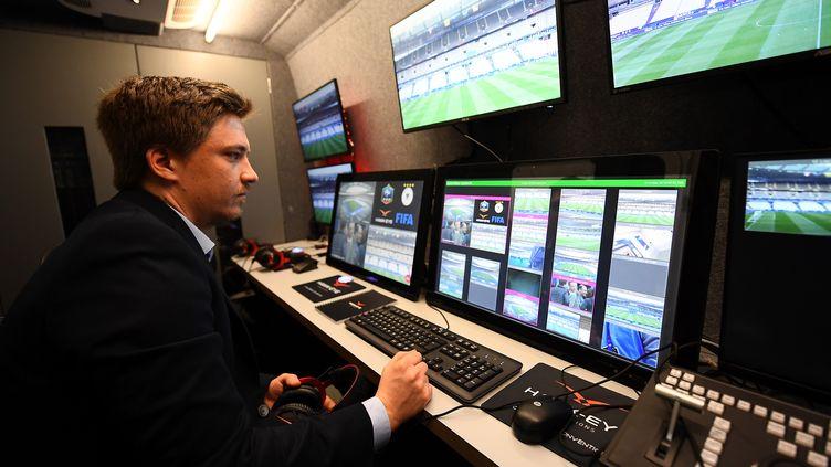 Un technicien fait des vérificationssur le système d'arbitrage vidéo qui a été testé lors du match amical France-Espagne au Stade de France, le 28 mars 2017. L'assistance vidéo sera de nouveau testée en compétition à partir des quarts de finale des Coupes de France et de la Ligue. Pour le Mondial, une décision sera prise par la FIFA en mars prochain. (FRANCK FIFE / AFP)