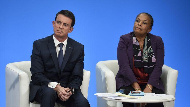 Manuel Valls et Christiane Taubira, lors d'une conférence de presse à Paris, le 23 décembre 2015. (ERIC FEFERBERG / AFP)