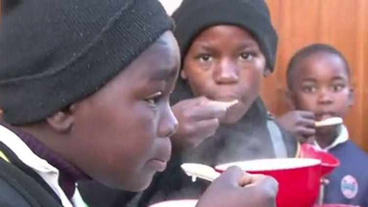 Chaque matin, un petit déjeuner est servi pour éviter que les enfants ne partent le ventre vide à l'école. (AFP)