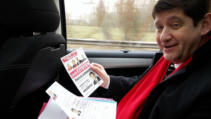 Patrick Kanner, installé dans sa voiture de campagne, sur la route entre Lille et Maubeuge (Nord), le 14 mars 2015. (MATHIEU DEHLINGER / FRANCETV INFO)