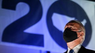 Le candidat démocrate à l'élection présidentielle américaine Joe Biden, portant un masque, regarde un feu d'artifice en conclusion de la convention démocrate, le 20 août 2020 à Wilmington (Delaware, Etats-Unis). (OLIVIER DOULIERY / AFP)