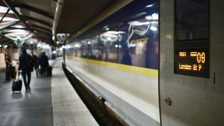 Des passagers sont sur le point d'embarquer dans un train Eurostar à la Gare du Nord à Paris, le 31 janvier 2020 (photo d'illustration). (MARTIN BUREAU / AFP)