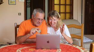 Avec l'épidémie de coronavirus, les grands-parentssont souvent obligés de se contenter des appels derrière les écrans d'ordinateur par vidéo interposée. (VANESSA MEYER / MAXPPP)