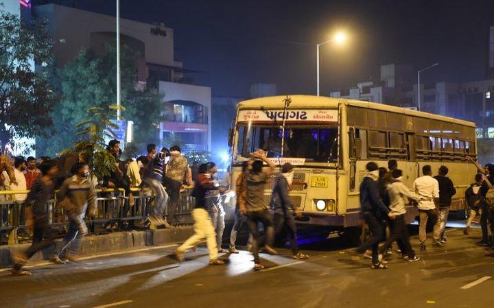 Emeute contre un film de Bollywood à Ahmedabad, en Inde (janvier 2018)  (SAM PANTHAKY / AFP)