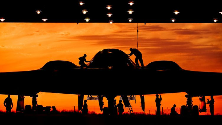 Des militaires nettoient un bombardier de l'armée américaine, le 11 mai 2012 dans une base militaire du Missouri (Etats-Unis). (SGT MARY-DALE AMISON / USAF / AFP)