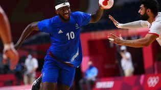 L'arrière droit français Dika Mem contre Bahreïn en quarts de finale des Jeux olympiques de Tokyo, le 3 août 2021. (FRANCK FIFE / AFP)