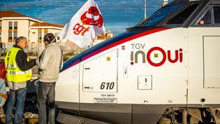 Des grévistes de la SNCF lors d'une assemblée générale à la gare de Perpignan (Pyrénées-Orientales), le 10 janvier 2020. (JC MILHET / HANS LUCAS)
