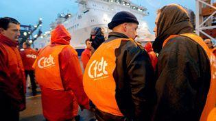 Des salariés grévistes de la compagnie de ferries SeaFrance bloquent l'accès fret du tunnel sous la Manche, le 11 décembre 2003 à Calais (Pas-de-Calais). (FRANÇOIS LO PRESTI / AFP)