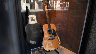 """La guitare utilisée pendant le concert """"Unplugged"""" de Nirvana en 1993 à New York,présentée le 15 mai 2020 à Londres (Royaume-Uni). (DANIEL LEAL-OLIVAS / AFP)"""