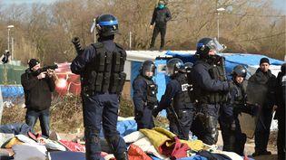 """Les forces de l'ordre ont été déployées sur le site du camp de Calais, lundi 29 février 2016, afin de mettre en œuvre le démantèlement de la partie sud de la """"jungle"""". (PHILIPPE HUGUEN / AFP)"""