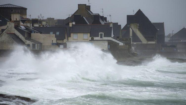 Les vagues se brisent sur des maisons au Guilvinec(Finistère) avec l'arrivée de la tempête Ulla. (JEAN-SEBASTIEN EVRARD / AFP)
