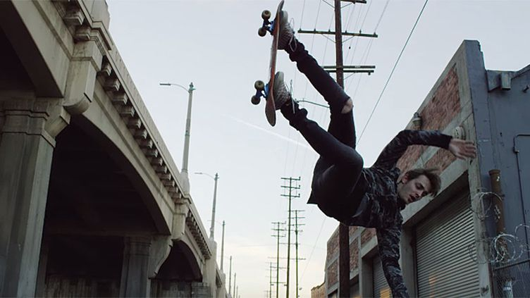 "Figure de skateboard extraite du clip de Joywave ""Somebody New"".  (saisie écran )"