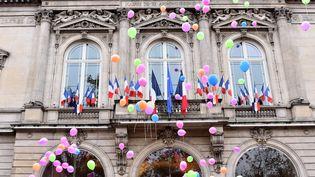 Un lâcher de ballons en mémoire des victimes des attentats du 13-Novembre, dimanche 13 novembre à Paris. (MUSTAFA YALCIN / ANADOLU AGENCY / AFP)