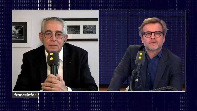Jean-Marc Pujol (à gauche), maire sortant de Perpignan et candidat LR à sa succession interviewé en duplex par franceinfo (FRANCEINFO)