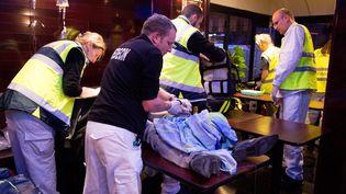 Une équipe du Samu prend en charge une victime du Bataclan, à Paris, vendredi 13 novembre 2015. (MAXPPP)