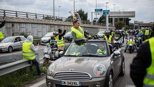 """Des """"gilets jaunes"""" bloquent l'autoroute A57, au niveau de Toulon (Var) le 17 novembre 2018, afin de protester contre la hausse des prix des carburants. (FRANCK BESSIERE / HANS LUCAS / AFP)"""