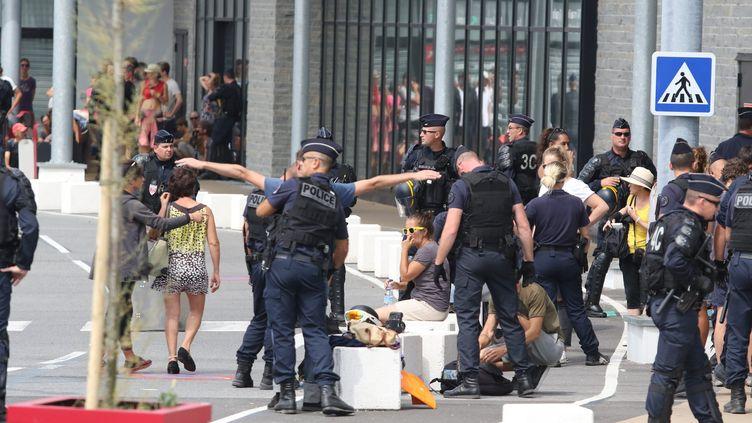 Un contrôle de police et des fouilles sur des militants anti-G7, à Bidart le 25 août 2019. (SEBASTIEN LAPEYRERE / MAXPPP)