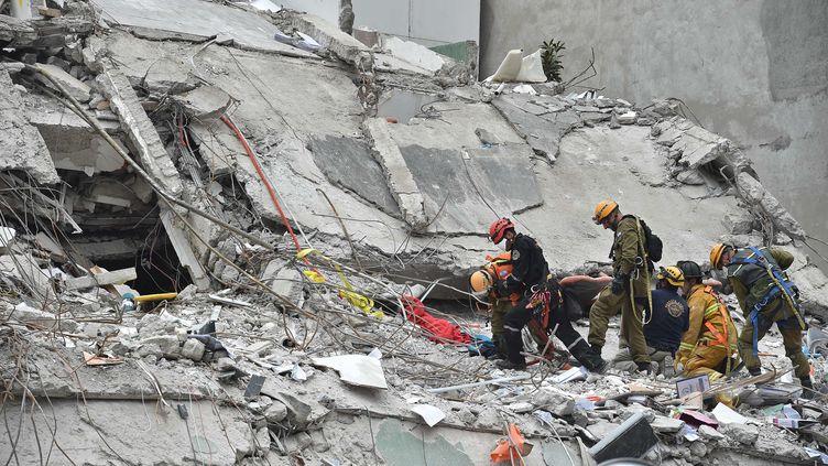 Les secouristes cherchent des survivants du tremblement de terre à Mexico, le 21 septembre 2017. (YURI CORTEZ / AFP)